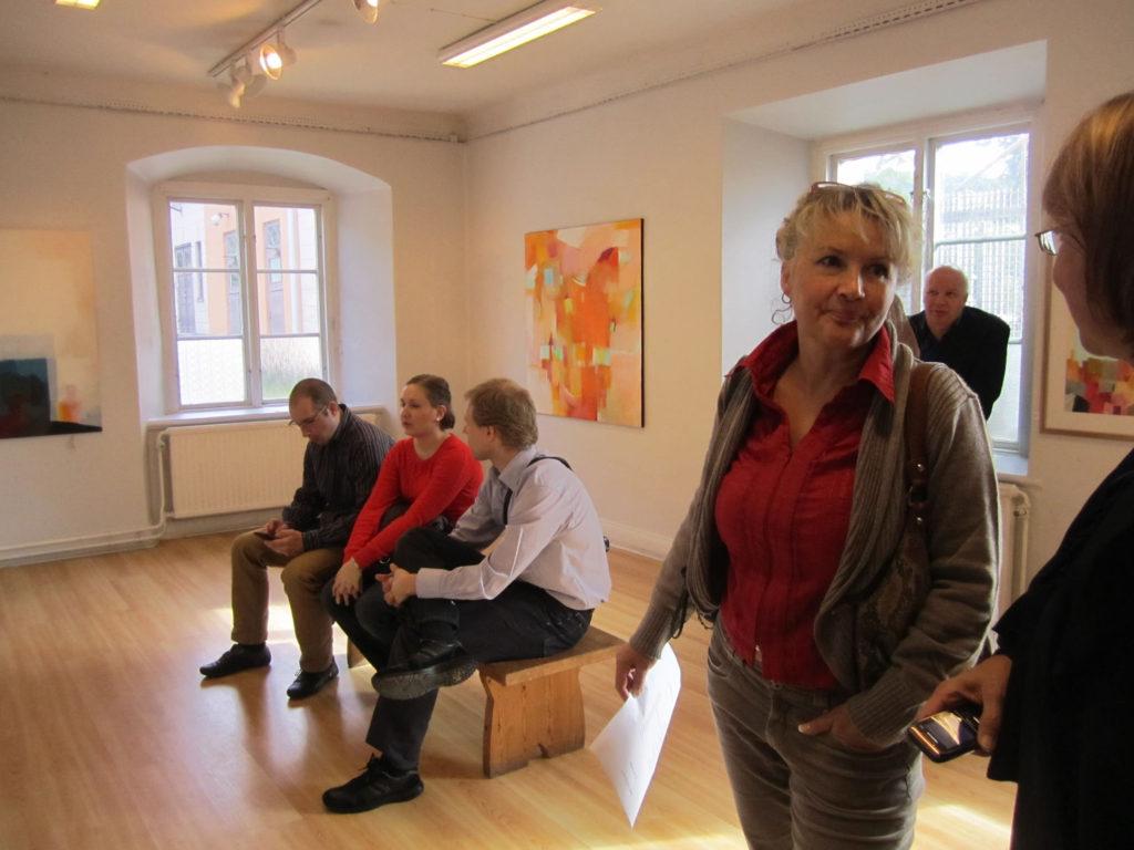 Kerstin Lindelöw med flera  på konstutställning av P Matti Sirviö och Tua Hado i Stockholm