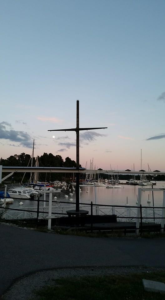 En mast som ser ut som ett kors vid en skymning vid hamnen i Saltsjöbaden, Stockholm