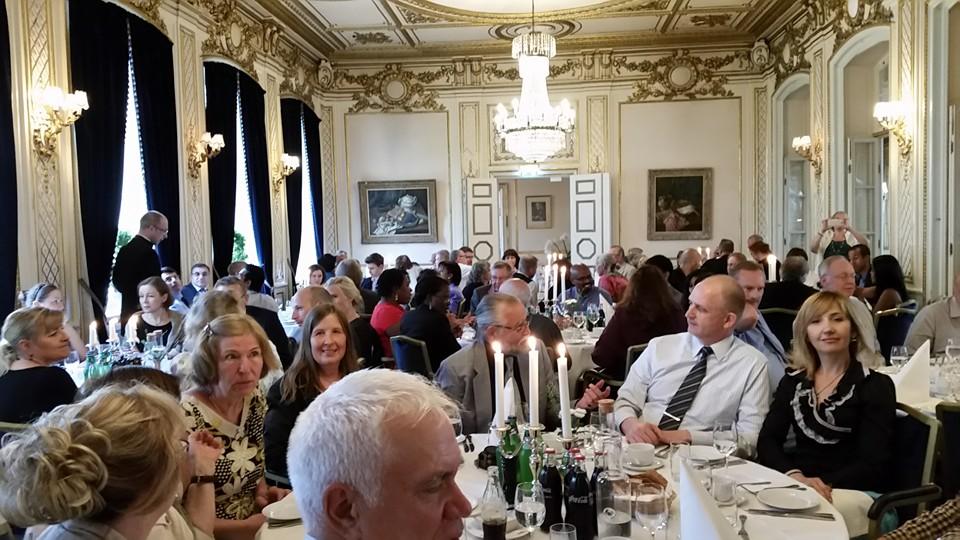Bild på en fullsatt festlokal då Nådens Mission firade 40 år i Sverige